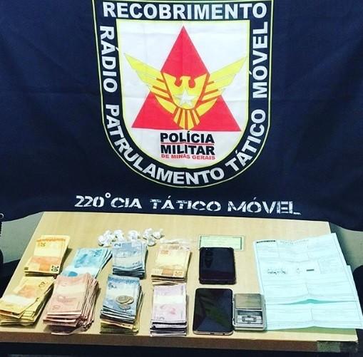 Polícia descobre 'delivery' do tráfico, apreende drogas e mais de R$ 6 mil em Curvelo - Notícias - Plantão Diário