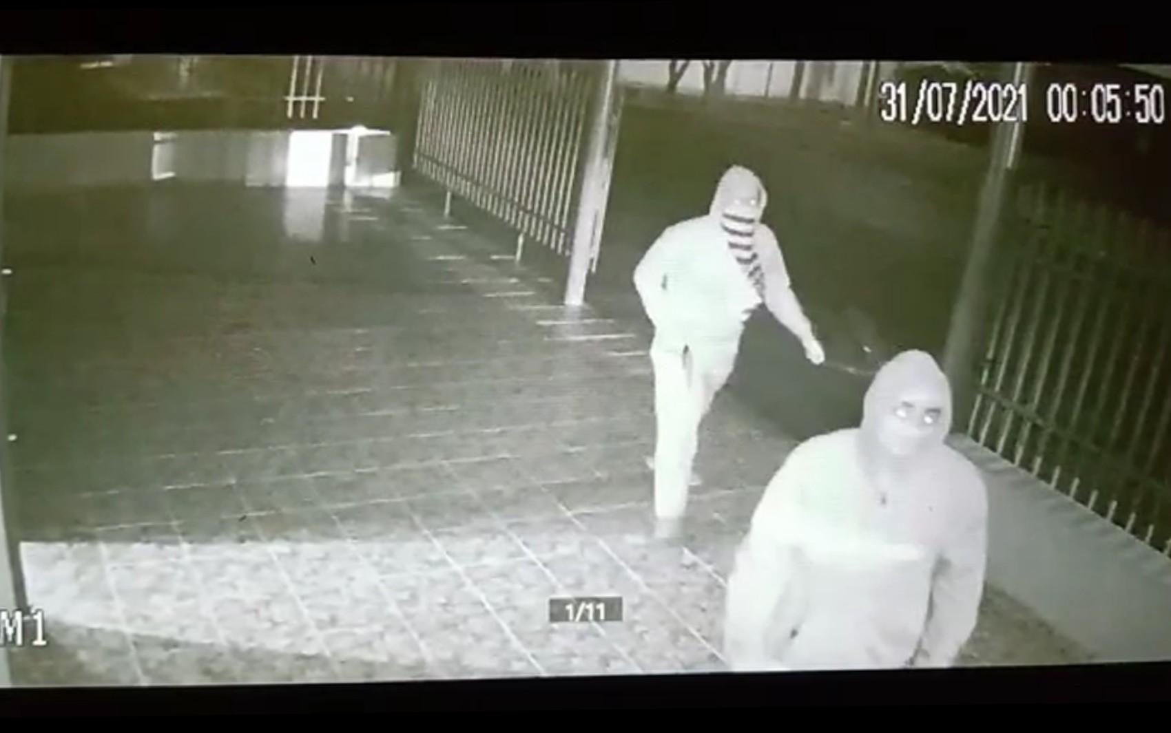 Dois homens armados invadem lanchonete e agridem funcionário em Santa Helena de Goiás; vídeo