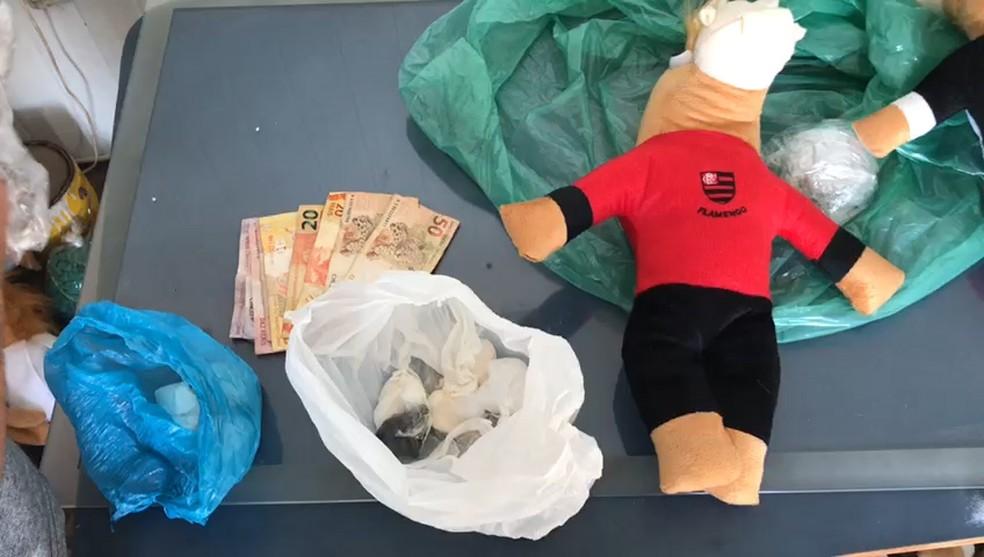 Suspeito vendia mascotes de times de futebol em pelúcia na Avenida dos Holandeses em São Luís — Foto: Divulgação/Polícia Civil