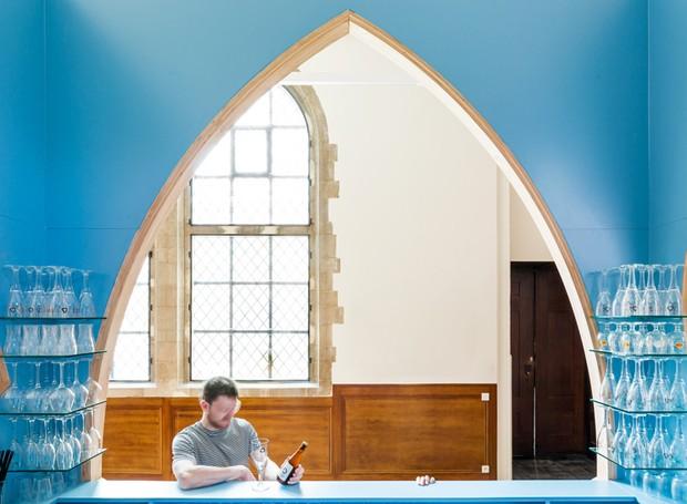 O interior colorida dá a impressão de que a estrutura está do avesso (Foto: Ban Staeyen interior Architects/ Reprodução)