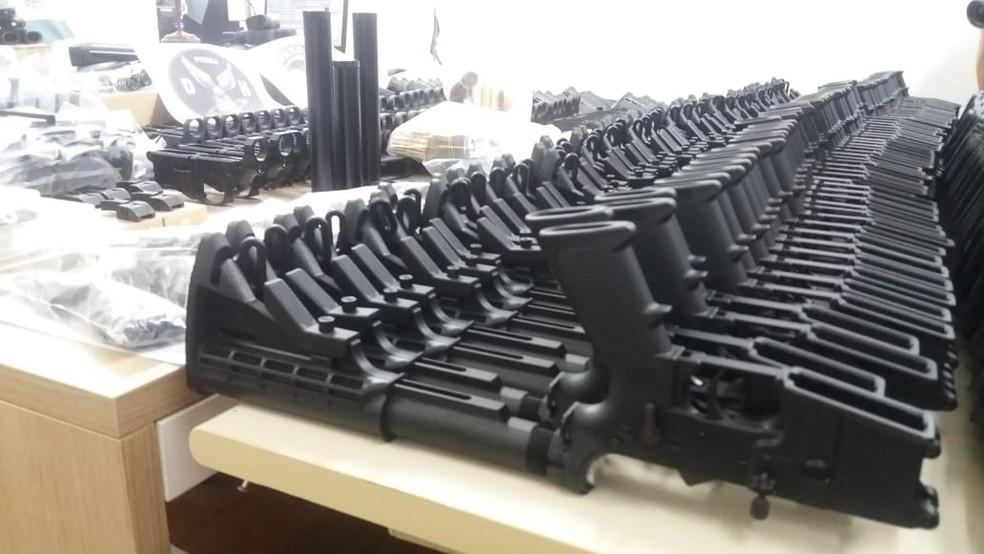 Armas estavam desmontadas e guardadas em caixas — Foto: Patrícia Teixeira/G1