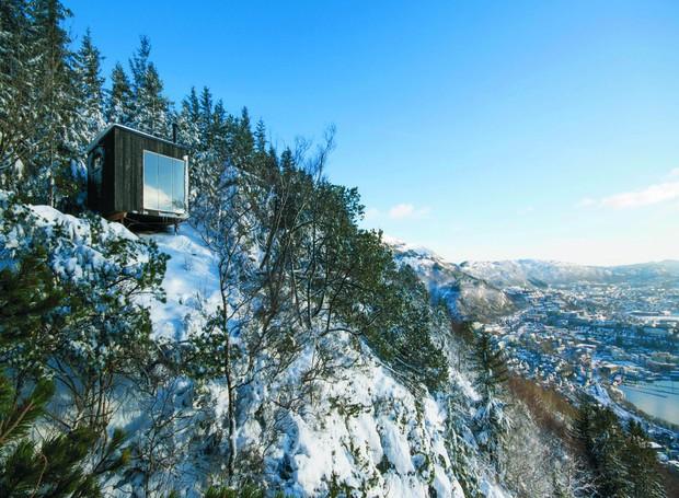 A vista das montanhas norueguesas é a maior relíquia que a casa pode oferecer (Foto: OPA Form/ Reprodução)