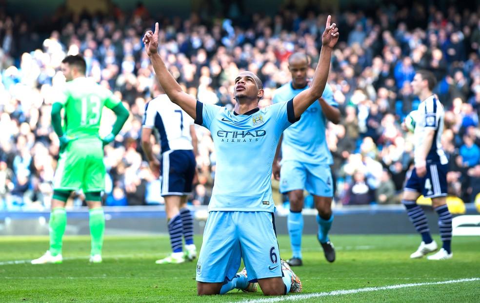 Brasileiro Fernando defendia o Manchester City em 2015 — Foto: Agência AP