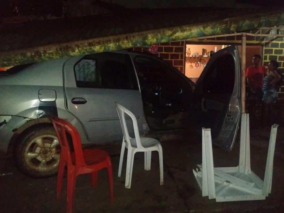 Carro desgovernado invade bar e atropela clientes em Oiapoque, no Amapá (Foto: Girlane Duarte)