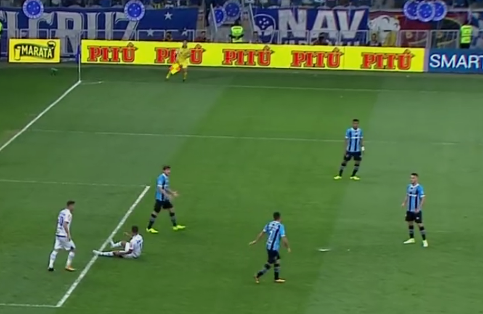 Após Alisson perder gol, defensores tiveram discussão áspera (Foto: Reprodução)