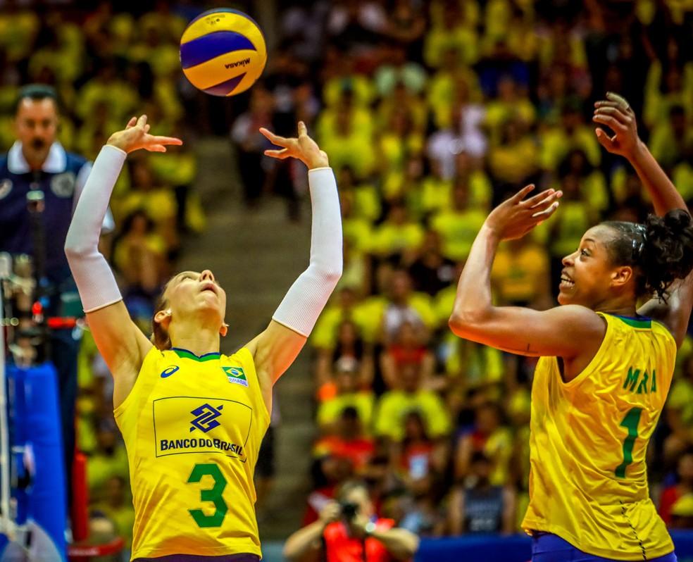 Central Mara cresce no fim e ajuda Brasil a empatar no quarto set e vencer no tie-break — Foto: FIVB