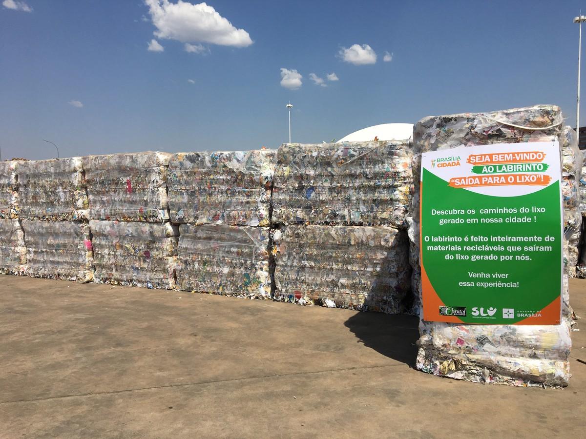 Lixo vira exposição com labirinto de material sustentável em Brasília