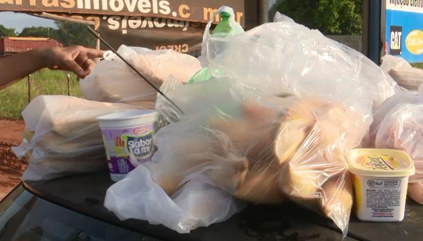 População entrega comida a caminhoneiros em apoio a protesto em Rio Branco