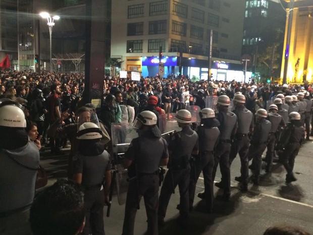 Policia Militar encara grupo de manifestantes na Avenida Paulista (Foto: Roney Domingos/G1)