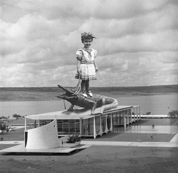 Residência oficial do Presidente da República, o Palácio da Alvorada tem uma das montagens mais pitorescas. O local é a primeira construção de alvenaria finalizada na capital - a foto é de 1958 (Foto: Brasilia Retrofuturista/Reprodução)