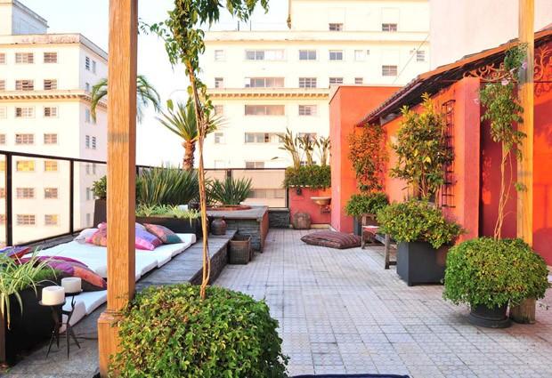 Espécies de grande porte já adultas foram adicionadas ao projeto, que contrasta o verde das plantas com as paredes vermelhas (Foto: Divulgação/Beatriz Quinelato)
