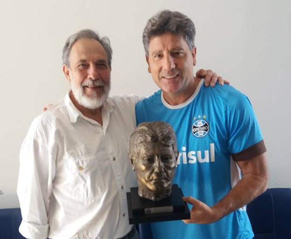Sergio Coirolo entregou busto para Renato (Foto: Arquivo Pessoal)