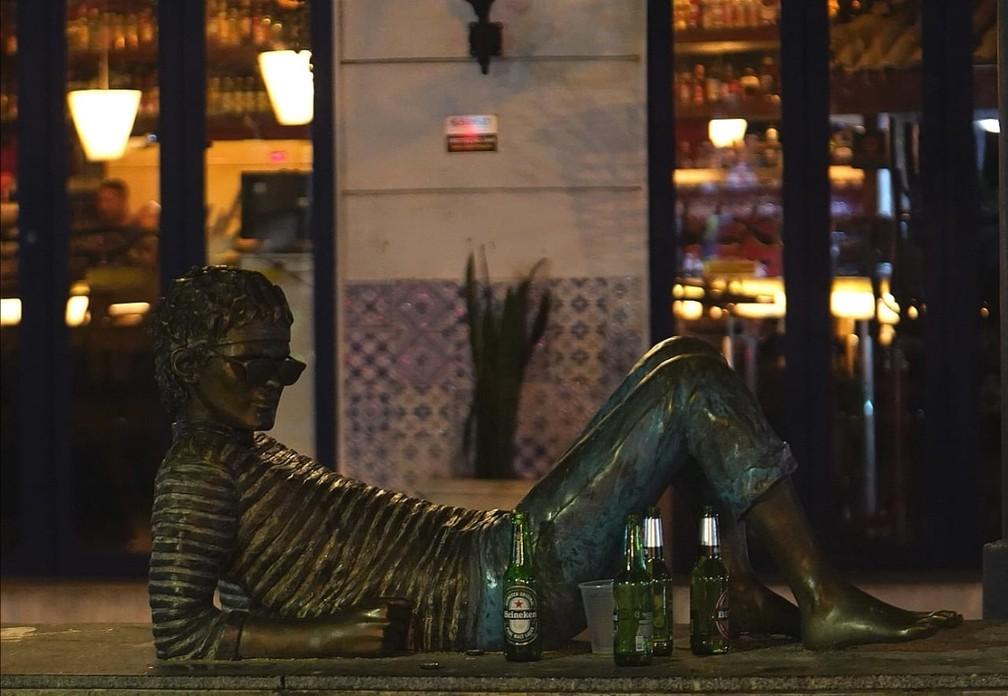 Nem a estátua do cantor Cazuza foi poupada do fim de noite ilegal e pouco educado — Foto: Marcos Serra Lima/G1