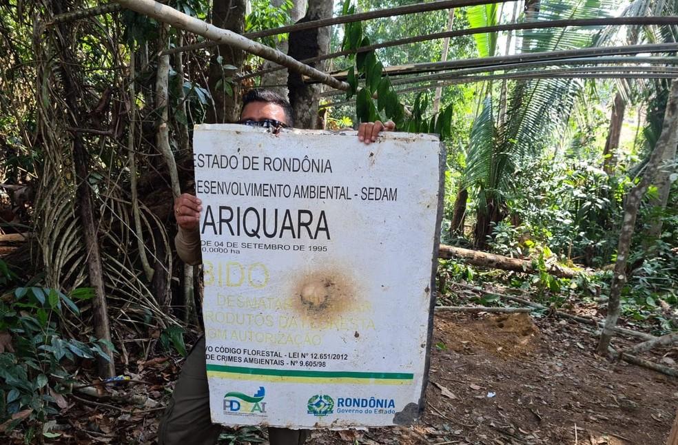 Placa quebrada na Reserva Extrativista Aquariquara — Foto: Sedam/Reprodução