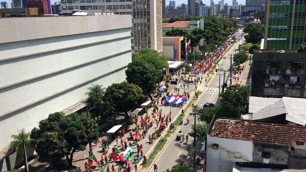 Manifestação no centro do Recife pede impeachment de Bolsonaro, neste sábado (24) — Foto: Marlon Costa/Pernambuco Press