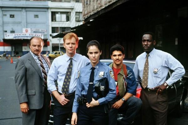 O ator Dennis Franz com seus colegas de elenco em cena de Nova York Contra o Crime  (Foto: Reprodução)