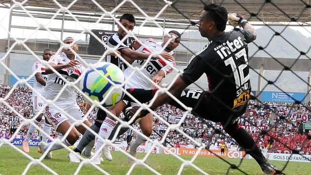 Kieza faz o segundo gol do Botafogo