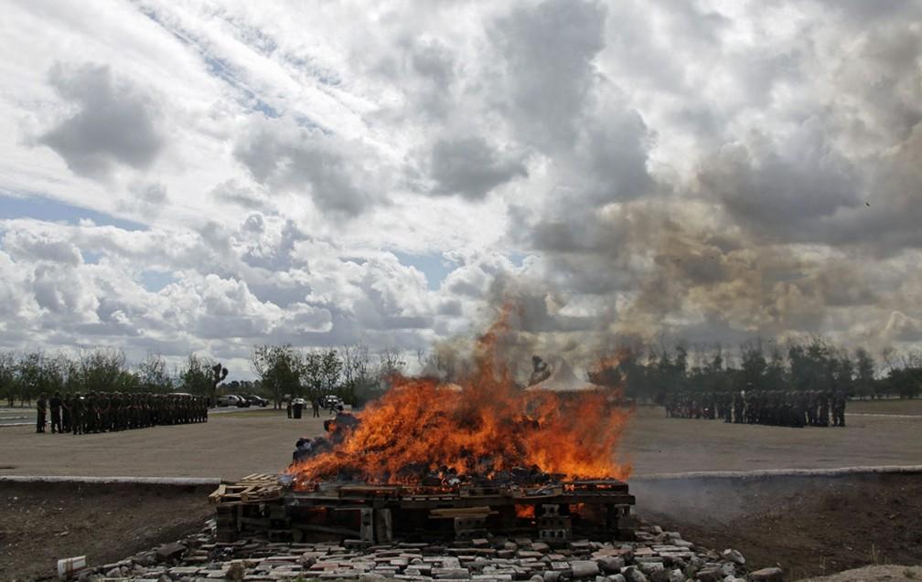 Soldados mexicanos em formação observam a incineração de pilhas de maconha e outras drogas nos arredores de Monterrey, em foto de 2016. — Foto: Daniel Becerril/Reuters