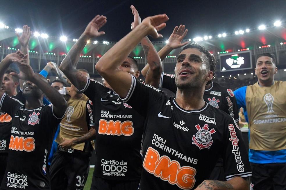 Jogadores do Corinthians comemoram a classificação no Maracanã — Foto: @dhavidnormandofotografia