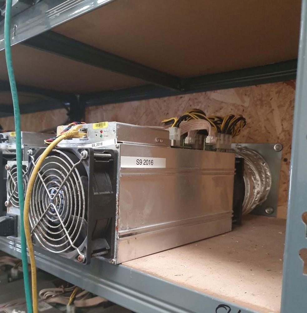 Equipamento usado na mineração ilegal de bitcoin encontrado pela polícia em Birmingham, no Reino Unido — Foto: Divulgação/West Midlands Police