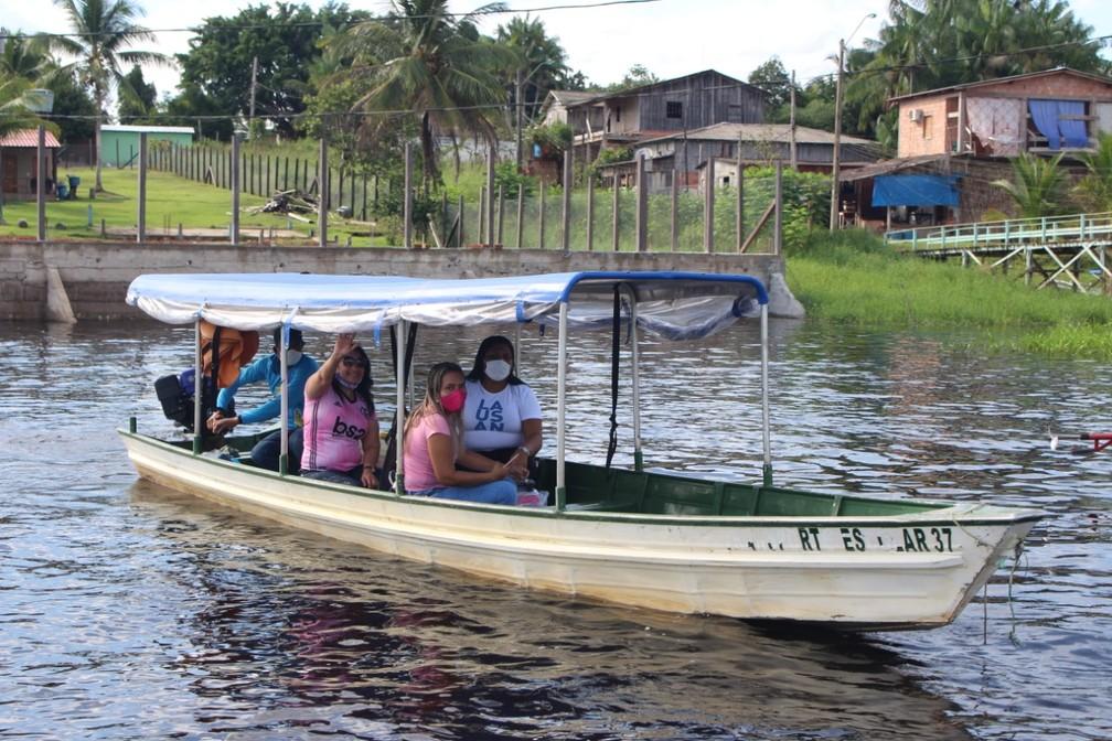 Professores do Amazonas percorrem comunidades pelos rios para entregar tarefas a alunos. — Foto: Divulgação