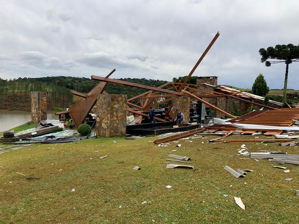 Vinícola em Água Doce teve telhado arrancado com o vento — Foto: Vinícola Villaggio Grando/ Divulgação