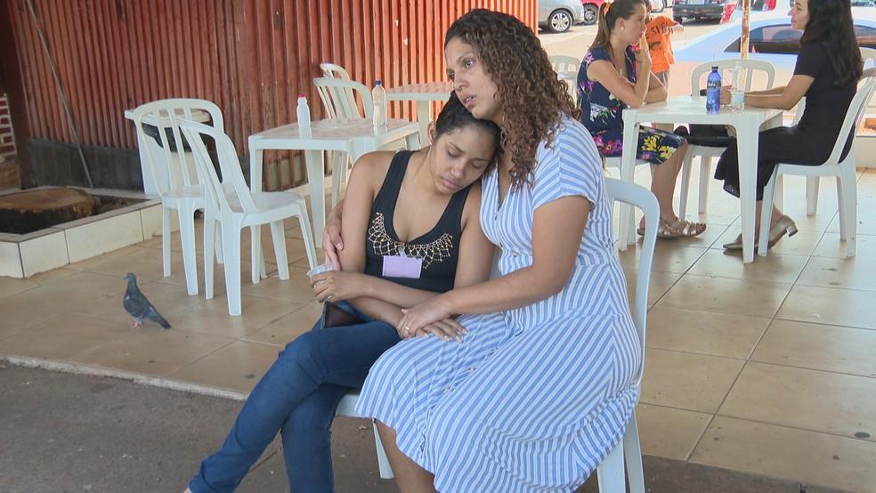 Natália Oliveira, mãe de Ana Beatriz Oliveira, morta aos 8 meses no Hospital Materno Infantil de Brasília, e Karoline Moreira, voluntária da associação DF Down — Foto: TV Globo/Reprodução