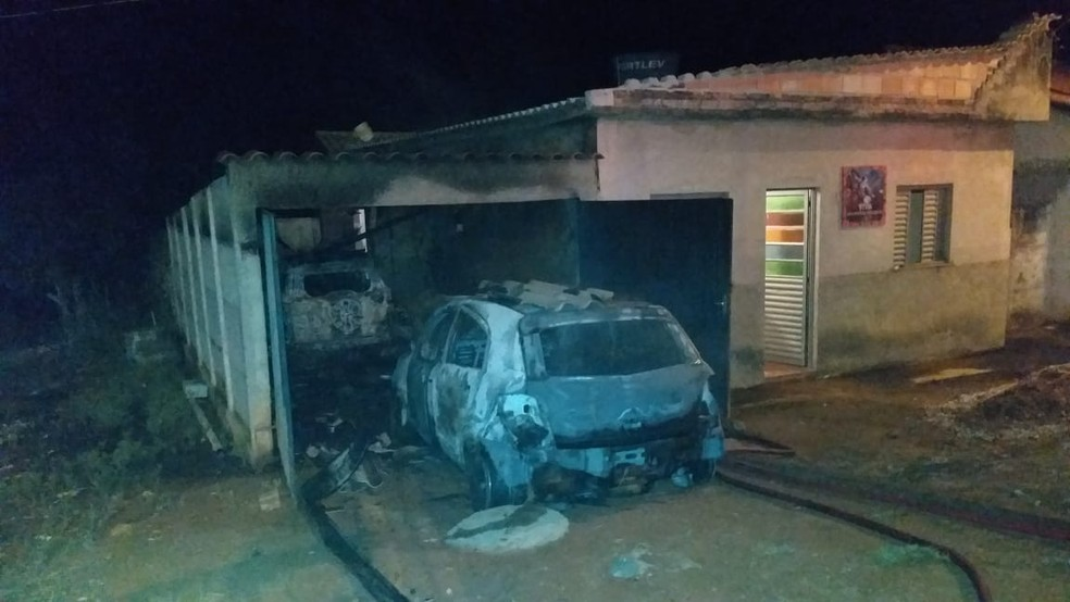 Incêndio destruiu parte da casa na zona rural de São João del Rei — Foto: Corpo de Bombeiros/Divulgação