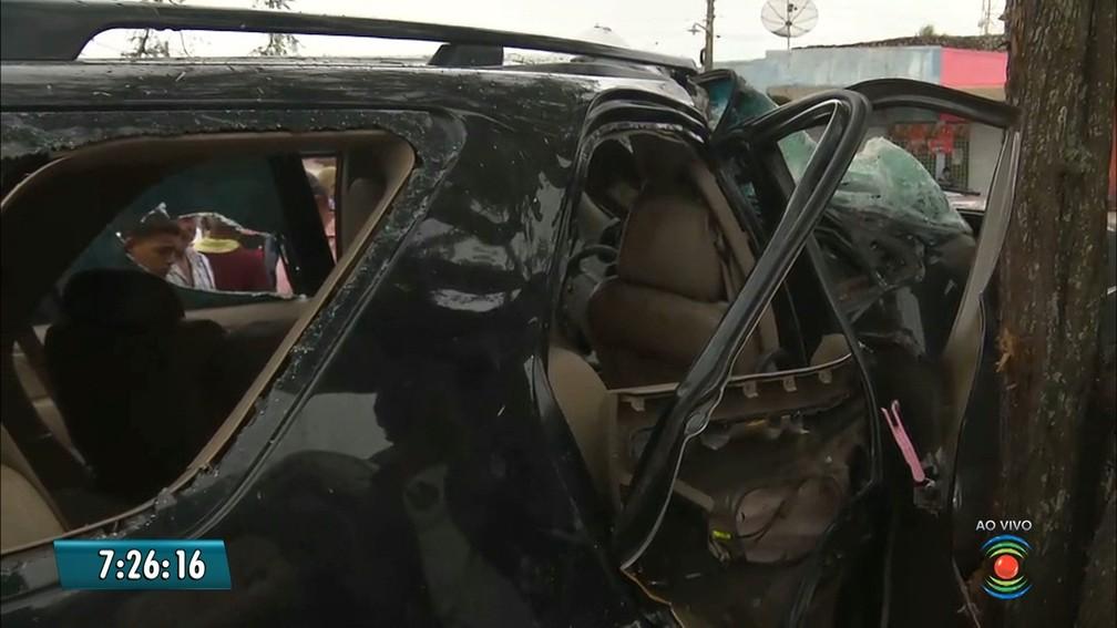 Carro que era alvo dos assaltantes em Cuité, na Paraíba, ficou destruído (Foto: Reprodução/TV Paraíba)