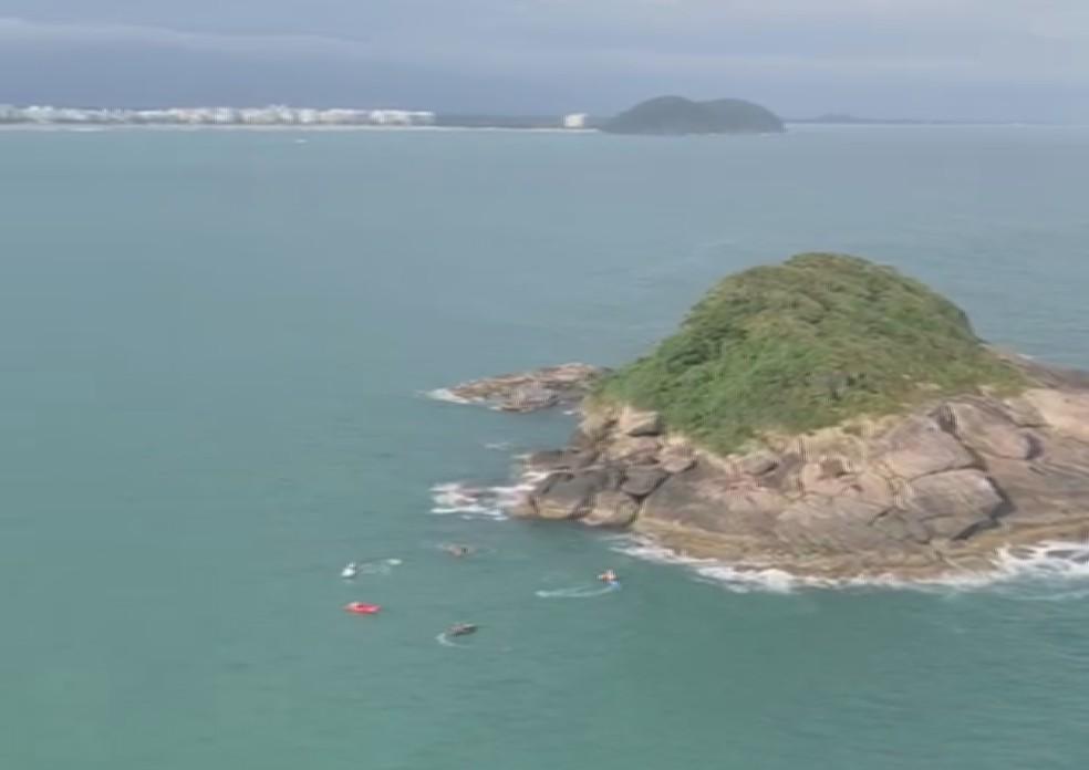 Casal ficou preso em uma ilha costeira de Bertioga, SP — Foto: Reprodução