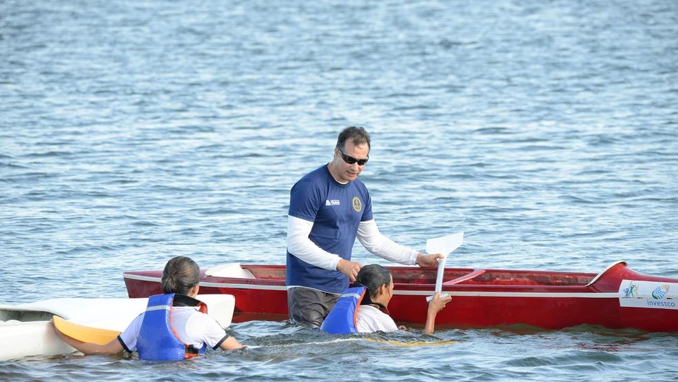 Treinador Raul Tamayo supervisionando as canoístas para o Brasileiro de Canoagem — Foto: Edu Fortes/Prefeitura de Palmas