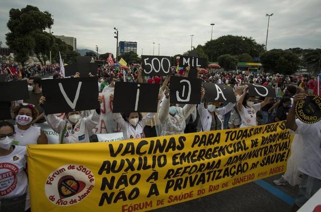 Manifestação contra Bolsonaro e pela vacina no Centro do Rio (Foto: Guito Moreto/Agência O Globo)