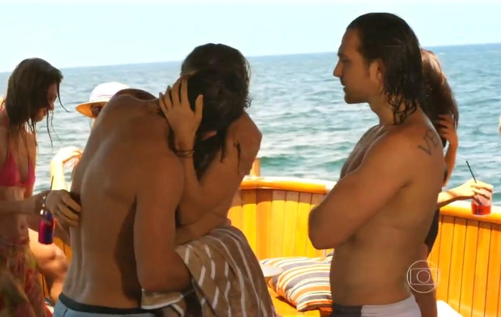 Alberto (Igor Rickli) mostra incômodo com o relacionamento de Ester (Grazi Massafera) e Cassiano (Henri Castelli), em 'Flor do Caribe' — Foto: Globo
