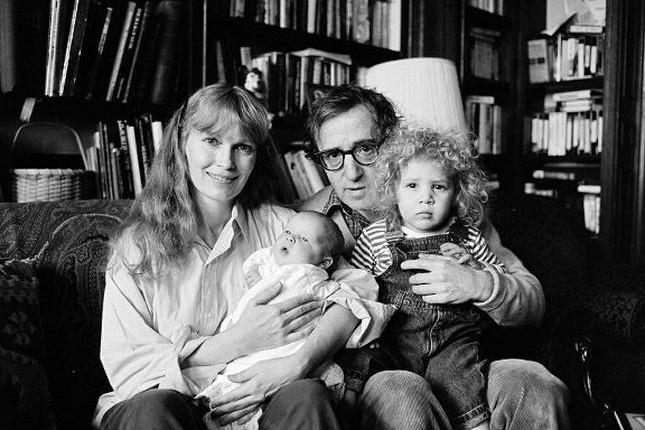 Retrato de família: Mia Farrow com o filho Ronan no colo e Woody Allen segurando a filha Dylan em janeiro de 1988
