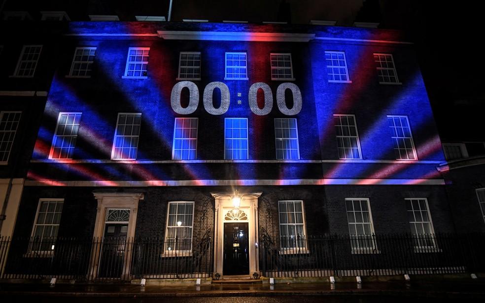 Relógio com contagem regressiva para o Brexit, projetado na fachada da residência oficial do primeiro-ministro britânico, em 10 Downing Street, Londres, chega ao 00:00, em janeiro — Foto: Reuters/Toby Melville