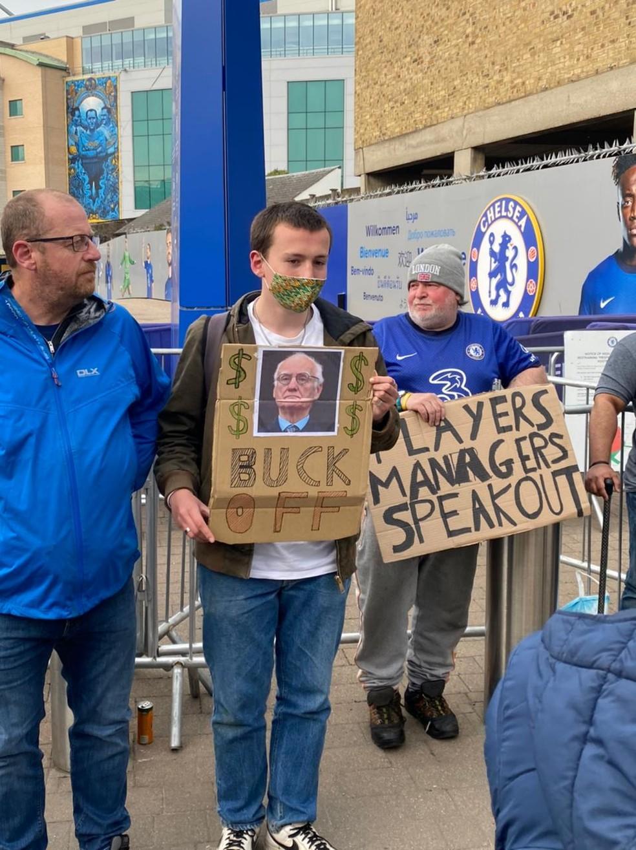 Torcedores do Chelsea protestam contra a Superliga em Stamford Bridge — Foto: Renata Heilborn