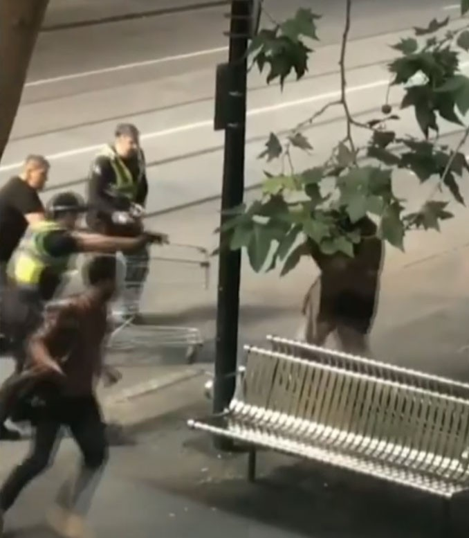 Campanha na internet dá quase R$ 300 mil a sem-teto que enfrentou homem acusado de terrorismo na Austrália