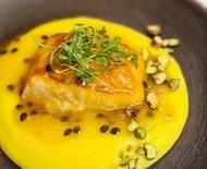 Receita de salmão 'demi cuit' com molho de maracujá e mousseline