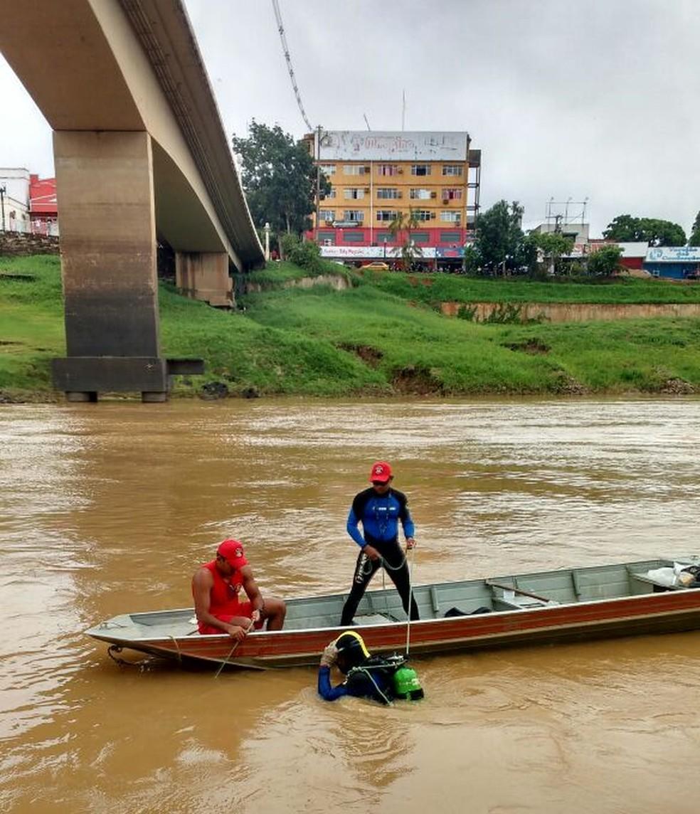 Bombeiros fazem buscas por jovem que teria caído em rio (Foto: Divulgação/Corpo de Bombeiros)