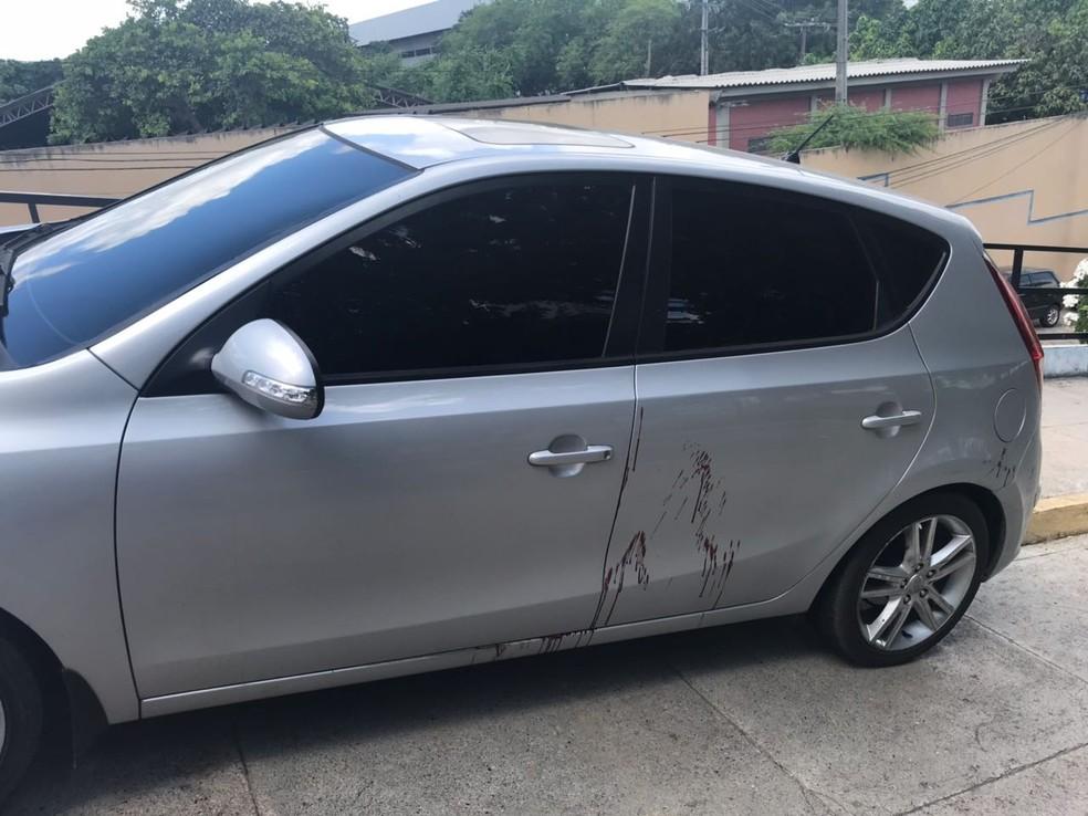 Carro do policial militar baleado em Natal ficou com manchas de sangue (Foto: Kleber Teixeira/Inter TV Cabugi)
