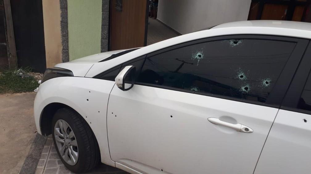 Carro de inspetor da Polícia Civil que sofreu atentado na Zona Oeste do Rio com marcas de tiros — Foto: Reprodução