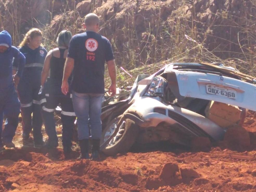 Palio em que motorista estava ficou completamente destruído (Foto: Leandro Trindade/ TVCA)