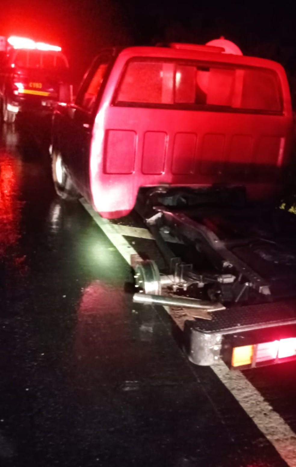 Pneu do carro do homem se soltou — Foto: Corpo de Bombeiros/ Divulgação