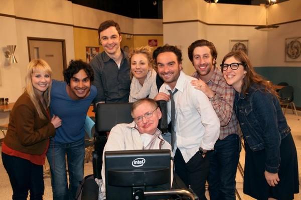 Elenco de 'The Big Bang Theory' ao lado de Stephen Hawking (Foto: Reprodução/Facebook)