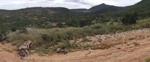 Caminhão capota várias vezes na Serra de Francisco Sá e duas pessoas morrem