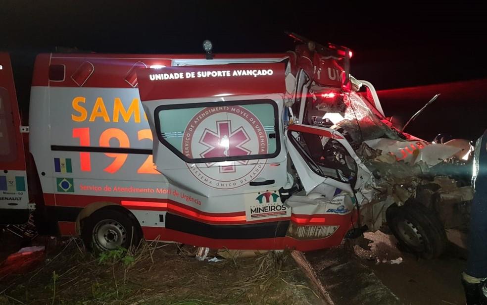 Acidente entre ambulância e carreta fere 4 pessoas com gravidade na BR-060, diz PRF  — Foto: PRF/Divulgação