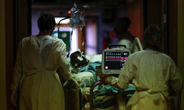 Paciente da Covid-19 é levado para unidade de terapia intensiva (UTI) por profissionais da saúde em hospital de Aulnay-sous-Bois, próximo a Paris, na França