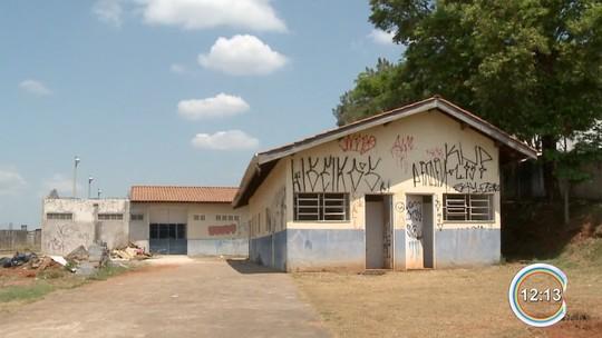 Moradores reclamam de abandono de poliesportivo em Atibaia, SP