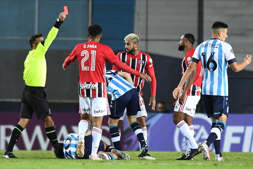 William, do São Paulo, recebe cartão vermelho contra o Racing — Foto: Staff images /CONMEBOL
