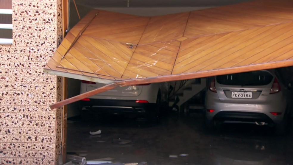 Veículo envolvido no acidente ainda está no local, na Zona Leste de São Paulo — Foto: Reprodução/TV Globo
